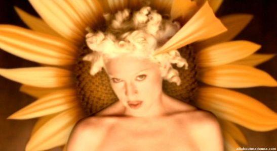 madonna-bedtime-story-video-cap-0011