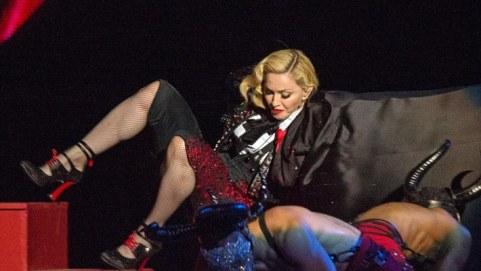 Madonna-terjengkang-BRIT-2015